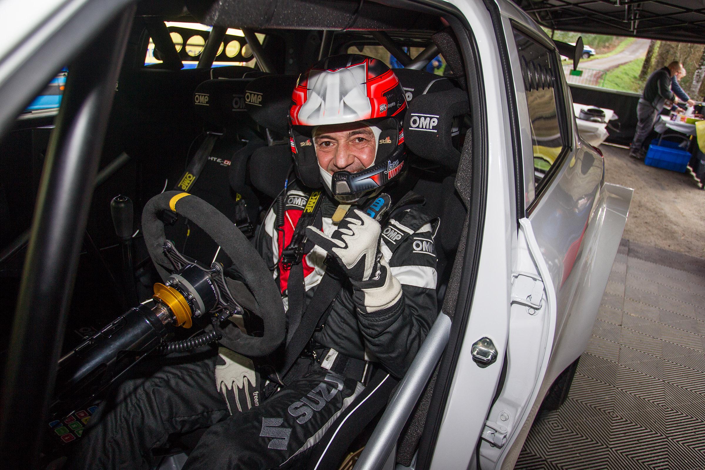 Joan Vinyes - Jordi Mercader posen al Suzuki Swift R4lly S a la terra.